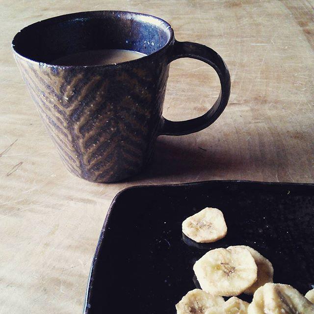 朝の休憩。温かいミルクティーとさくさくバナナ#鉄絵#城進 - from Instagram
