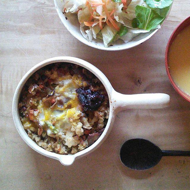 残り物のチャーハンに卵のせてオーブンで焼いてみた。コチュジャンそえていただきます! - from Instagram