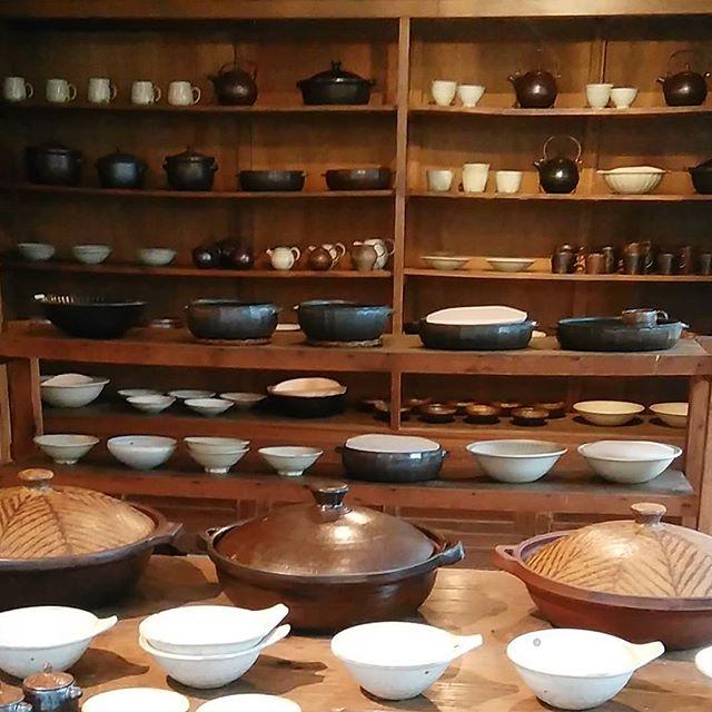 KOHOROさんの個展はじまりました!冬の器と共にお待ちしております。明日は、料理家スズキエミさんに[土鍋ごはんのおむすび]作っていただきます。12:00~  14:00~#kohoro #城進#スズキエミ - from Instagram