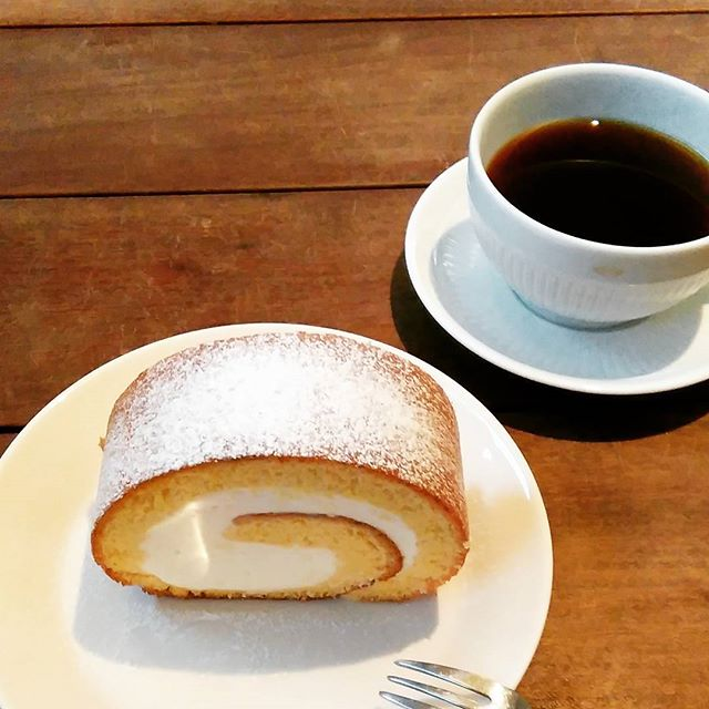 cafe sancheさんへ。 王様ロールケーキいただきました。カステラは勿論、ロールケーキもとても美味しいんです!ぜひお試しを~。#cafesanche - from Instagram