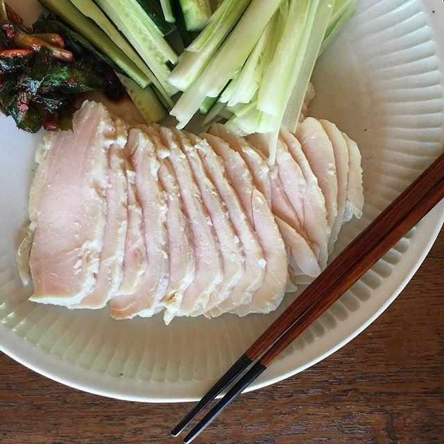鶏胸肉のハムはセロリ、キュウリ、ニラキムチと食べるのが好き。白磁鎬七寸皿#城進