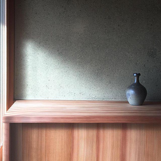 ドーン!とやってきた。・@jojosusumu #下駄箱#杢工舎