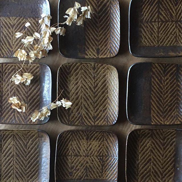 城進のうつわ展 開催中です。3/25までFIELD  NOTE(奈良)にて本日少し追加納品させていただきます。お好みの柄を探しにきてください。鉄絵角皿(中)@fieldnote_ @jojosusumu
