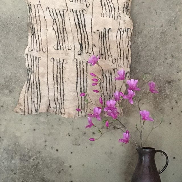 外へ出ると春の香りがすごいです。,うちの周りは年々ツツジ山化。これから賑やかに。,「旅の記憶」城進展takase にて4/8まで開催中takase さんの素晴らしい空間と共にお楽しみいただけたら嬉しいです。@takasenotakase @jojosusumu
