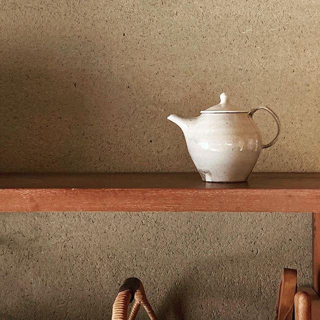 そろそろお茶の時間。.城進展11/2(土)〜11/11(月)KOHORO二子玉川店にて11/2在廊ポットやカップ、耐熱の器も並びます。どうぞよろしくお願いします。@irohani_kohoro @jojosusumu