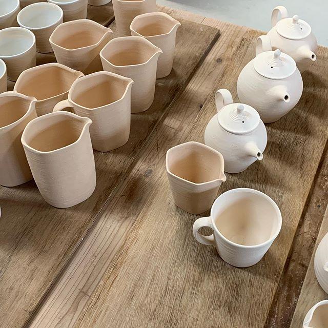 釉薬かけてます。. 城進展11/2(土)〜11/11(月)KOHORO二子玉川店にて11/2在廊ポットやカップ、耐熱の器も並びます。どうぞよろしくお願いします。@irohani_kohoro @jojosusumu