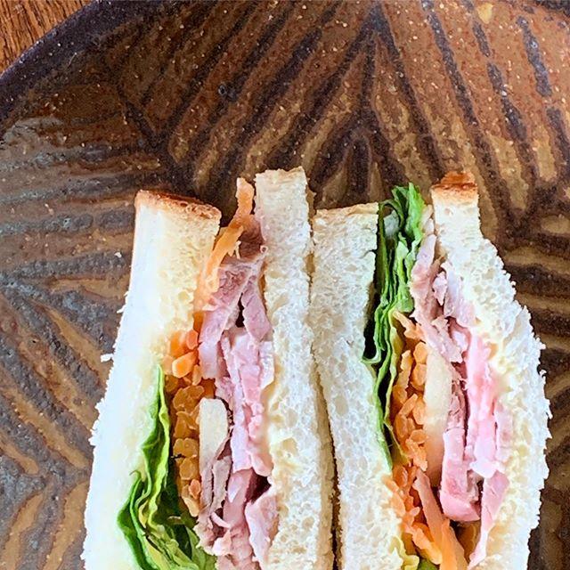 今日のお昼ごぱん美味しい食パンがあったのでレタス、キャロットラペ、ローストポークりんごを挟んだサンドイッチ。ギャラリーやまほんでの展示は明日まで。お時間ありましたら、ぜひ。城 進 展 普段使いの器2020.1.4 sat〜1.26 sunギャラリーやまほん にて@galleryyamahon @jojosusumu