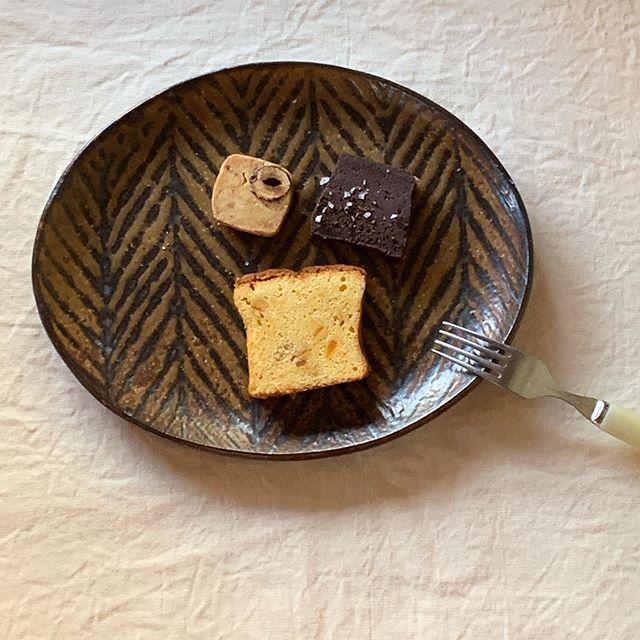 お菓子リッチなこの時期今日は何をいただこうかな。テリーヌショコラ・ケーク・オランジェ木の実のプラリネとチーズのサブレ@patisserie_le_miel_829 On me pense さんでの展示は22日まで。sumica栖 さんでの展示は22日から。どうぞよろしくお願いいたします。城 進 個展2/13(木)〜2/22(土)On me pense (蒲郡)にて2/17 close2/13 在廊@on_me_pense 2/22(土)〜3/2(月)sumica栖(横浜)にて2/26 close2/22 在廊@utsuwa_sumica@jojosusumu