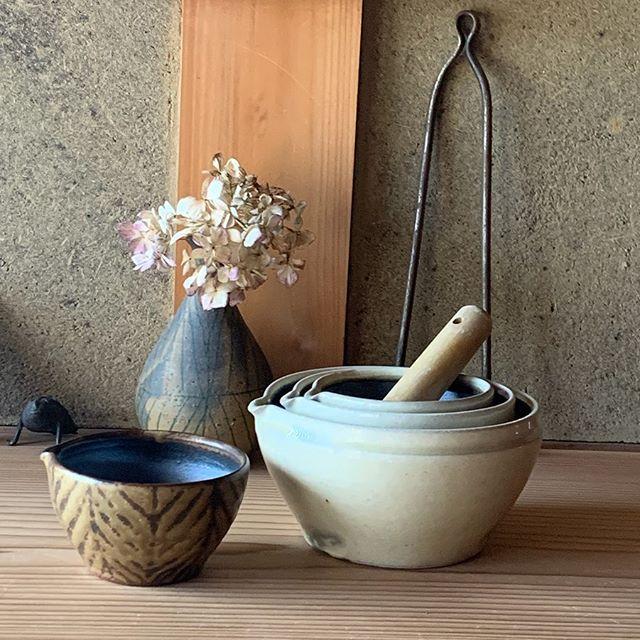 粉引すり鉢も作りましたよ。我が家では胡麻をする時は(ミニ)胡麻だれ作る時は(小)胡麻すってそのままほうれん草の胡麻和え作る時は(中) を使っています。(ミニ)は櫛目なし(小)(中)は櫛目が入っています。takaseさんにて通販中です。どうぞお気軽にお問い合わせ下さい。@takasenotakase toravelogue.城 進paisano.2020.3.28(土)-4.8(水)4.2(木)4.3(金)休takase  にて@paisano_shimpeii0127 @jojosusumu