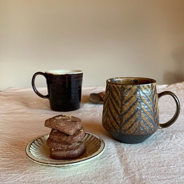 お茶の時間ばっかりしてるー娘の作ったクッキーで。今日は胡桃チョコ入ココアクッキーだって。鉄絵マグ飴釉マグ粉引鎬豆皿鉄絵角皿(小)takaseさんにて通販受付中です。どうぞお気軽にお問い合わせ下さいませ。@takasenotakase .toravelogue.城 進paisano.2020.3.28(土)-4.8(水)4.2(木)4.3(金)休takase  にて@paisano_shimpeii0127 @jojosusumu