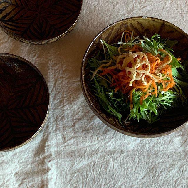 2人分のサラダとか、肉じゃがとかビビンバ食べる時とか、よく使います。鉄絵中鉢お鍋の取鉢、1人分のサラダには鉄絵取鉢(大)takaseさんにて通販受付中です。どうぞお気軽にお問い合わせ下さいませ。@takasenotakase