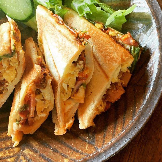 お昼ごはんは最近我が家で流行りのホットサンド5人で食べると超熟3斤では足りないチーズ、トマト、ルッコラはマストだな。@jojosusumu