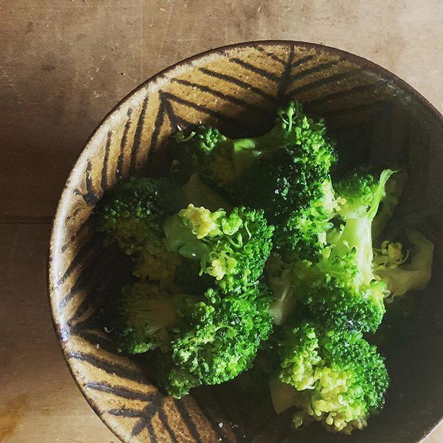 ブロッコリー茹でてオリーブオイルと岩塩で鉄絵麺鉢に。本日よりRohan(浜松)さんにて展示会始まりました。@rohan_hamamatsu 通販対応もしていただけるのでお気軽にお問い合わせしてみてください。こちらの麺鉢もありますよ。@jojosusumu