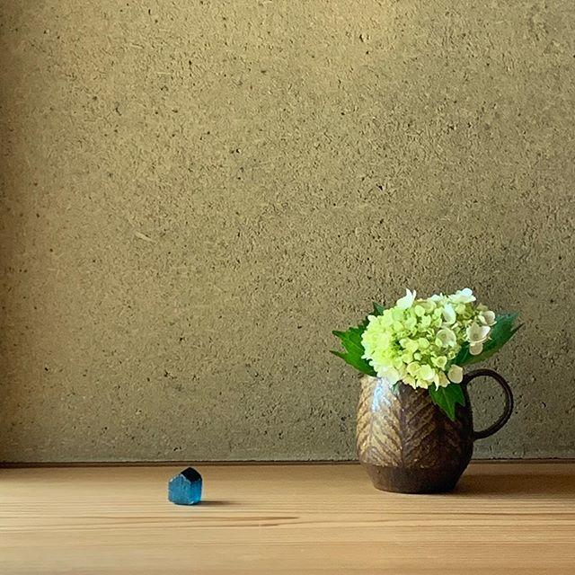 鉄絵ピッチャー(大)コーヒーのサーバーとしても使いますが、紫陽花を入れるのも好きです。Rohanさんでの展示会は6/15(月)まで。こちらのピッチャーはRohanさんのオンラインショップでご購入いただけます。@rohan_hamamatsu のプロフィール欄からご覧ください。